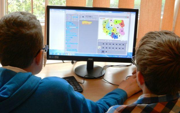 Digitale Bildung: Schüler lernen am Computer.