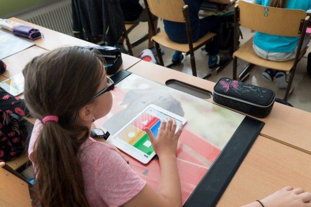 Digitalisierung in Schulen: Mädchen mit iPad